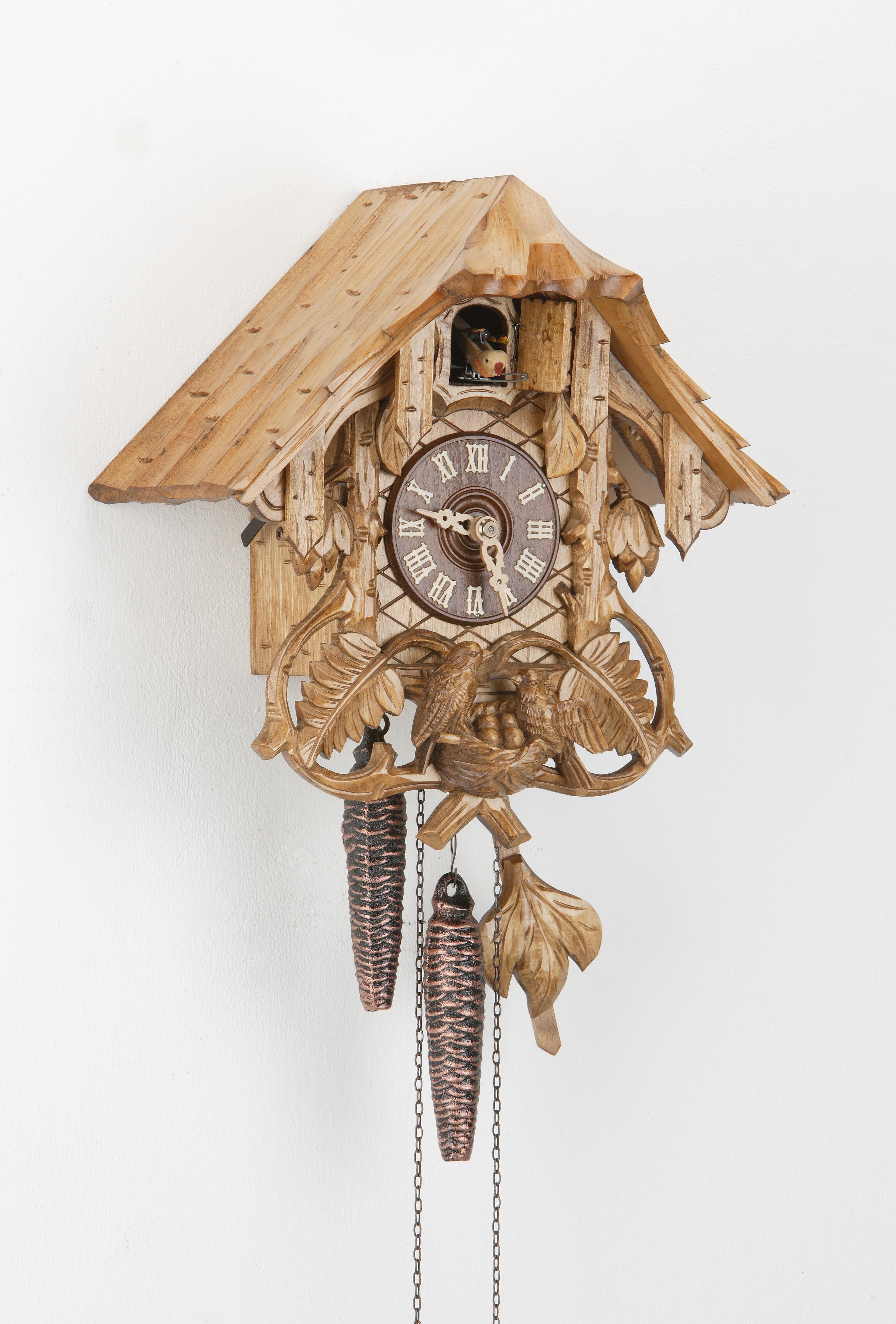 1 Tag Kuckucksuhr Schwarzwaldhaus mit Farnlaub und Vogelfamilie