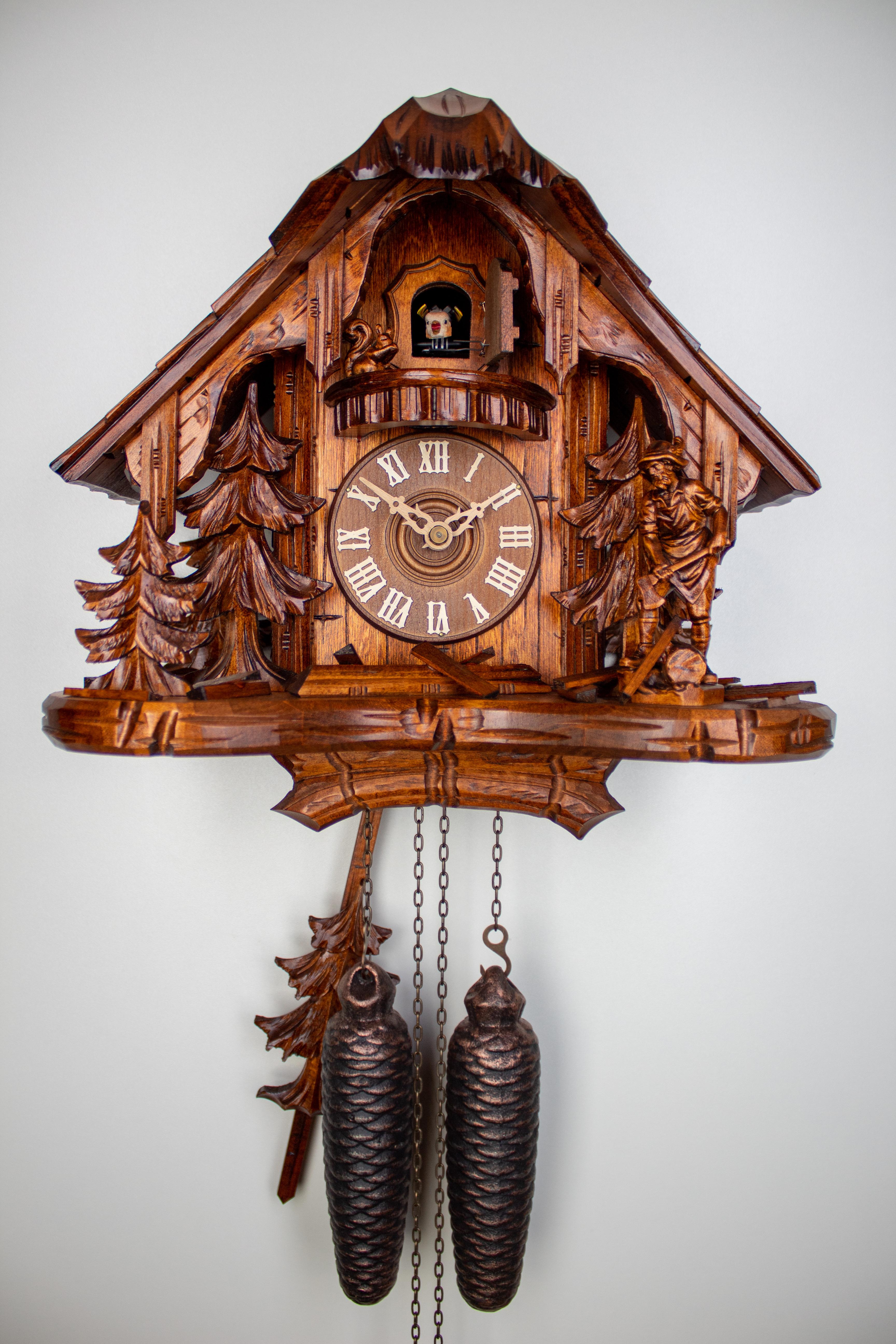 8 Tage Kuckucksuhr Schwarzwaldhaus mit Holzhacker und Eichhörnchen