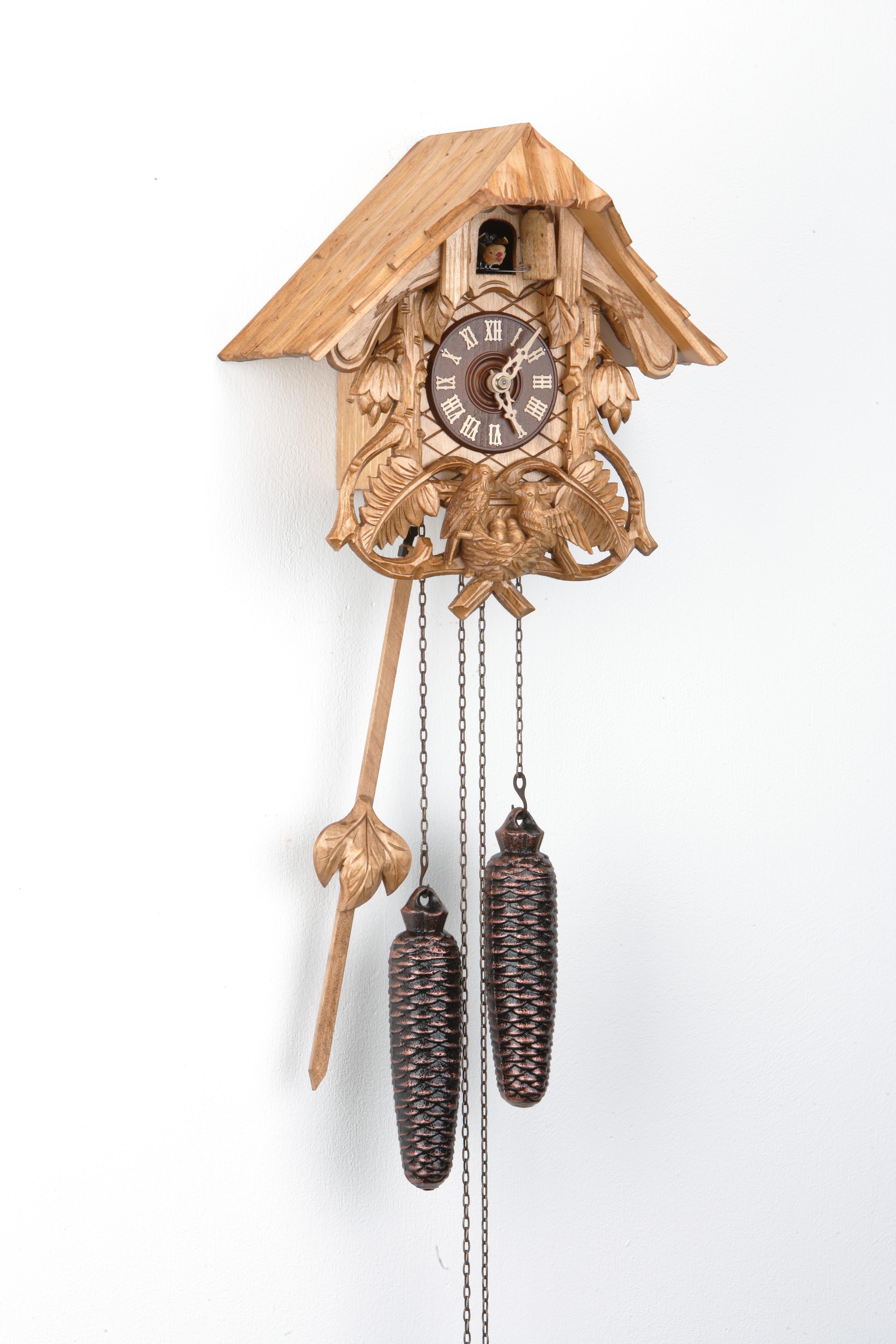 8 Tage Kuckucksuhr Schwarzwaldhaus mit Farnlaub und Vogelfamilie